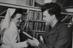 """Nurse and veteran sharing some good books"" Image SBA-GRD-08-04-18-142 provided by Sunnybrook Archives, Sunnybrook Health Sciences Centre."