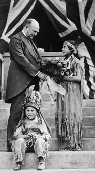 Richard B. Bennett accepts a gift from Indigenous children (1932). Library and Archives Canada, MIKAN 3362410