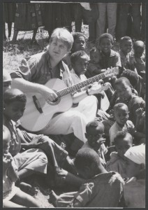 Tom Cochrane visits Ethiopia for World Vision Canada, 1990. Mikan 4368759 LAC
