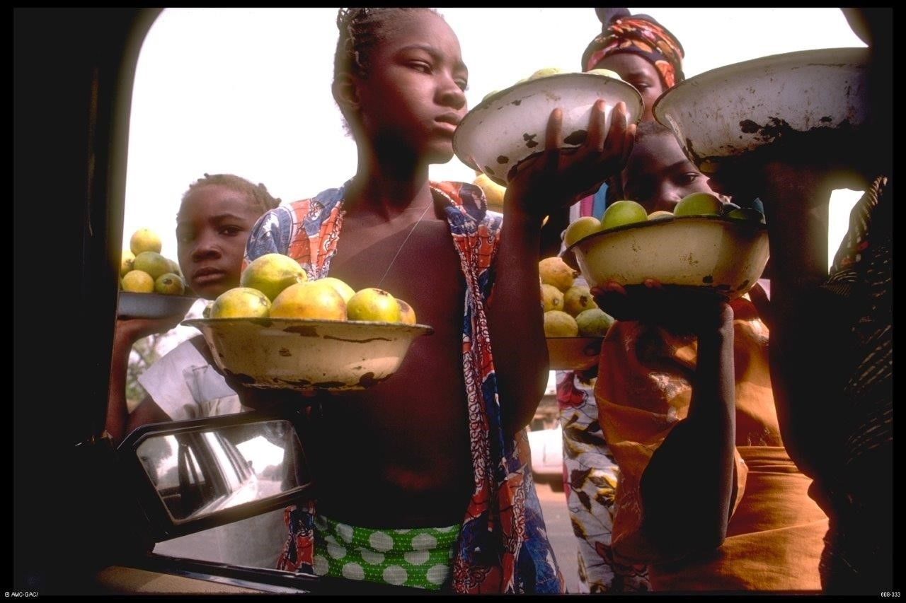 Development Exhibit Slide: 608-19-16 Children selling fruit in market, Bamako, Mali, 1985 (c)Global Affairs Canada/Michel Dompierre